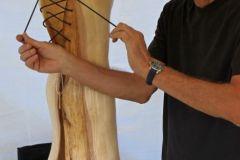 Reinhard Mehling mit seinen Holzarbeiten
