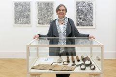 1-Dr.-Eva-Raabe-in-der-Ausstellung-LUKIM-GEN_Weltkulturen-Muse_800