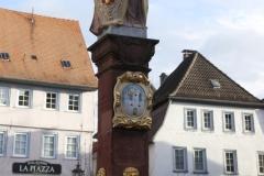 02-Marktbrunnen_MG_6625_cr_800-Sign