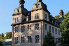 01-barockes-Haus-vier-Türme_800-sign