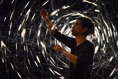 """Reportage über den ILAA (INTERNATIONAL LIGHT ART AWARD) 2019 im Zentrum für Internationale Lichtkunst in Unna Die ILAA-Webseite zu Finalist Yasuhiro Chida: """"Raum ist das Interessanteste für mich. Licht ist das reinste Material, was er möglich macht, einen Raum wahrzunehmen, den wir nicht anfassen oder sehen können. Und Licht ist das einzige Material, das keine Erzählung transportiert. Licht ist die Wurzel von Schönheit. Natürliche Phänomene oder Substanzen, die wir als 'schön' empfinden, werden durch Licht hervorgerufen."""" Yasuhiro Chida wurde 1977 in Kanagawa, Japan geboren. Er studierte Architektur an der Musashino Art University in Tokyo und partizipierte an vielseitiger Feldforschung, wie beispielsweise Bergsteigen oder Höhlenwandern. In seinen installativen Arbeiten beschäftigt er sich zunehmend mit räumlichem Bewusstsein und Veränderungen in der somatischen Empfindung. Chida nahm am Amsterdam Light Festival teil und kooperierte mit NAOJ (National Astronomical Observatory of Japan) und Jaxa (Japan Aeroscope Exploration Agency) und forscht nach und an den Grenzen der Kunst. Sein derzeitiges Lebensprojekt sieht die Erschaffung eines Kunstparkes vor: der """"Kalama Park""""."""