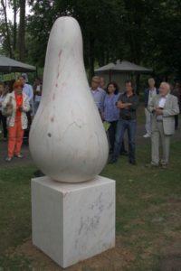 Birne von Filipe Miranteaus portugisischen Marmor. Der Betrachter und Befühler ist eingeladen dieser Birne umzudeuten.