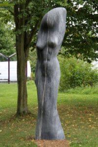 Dividiva von Filipe MiranteDer Stein ist, wie der Künstler, aus Portugal. Er hat den hellen Einschluss im Stein genutzt, um die geteilte Diva entstehen zu lassen. Obwohl Stein ja eher ein hartes Material ist, fühlt sich diese Diva sanft und zart an.